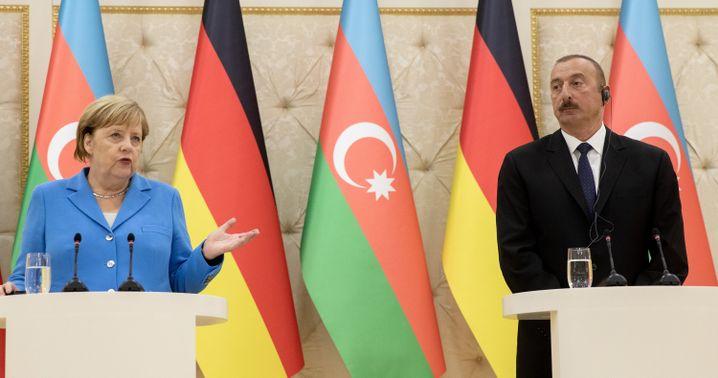 Aserbaidschans Präsident Ilham Aliyev (r.) empfing 2018 Bundeskanzlerin Angela Merkel in Baku