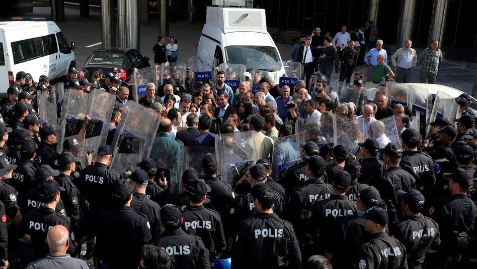 Protest gegen Absetzung der Bürgermeister in Diyarbakir: Polizei hat die prokurdischen Demonstranten eingekesselt