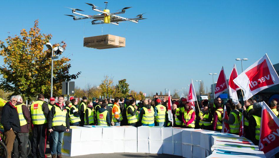 Showeinsatz beim Ver.di-Streik in Leipzig: Eine Drohne bringt ein Amazon-Paket