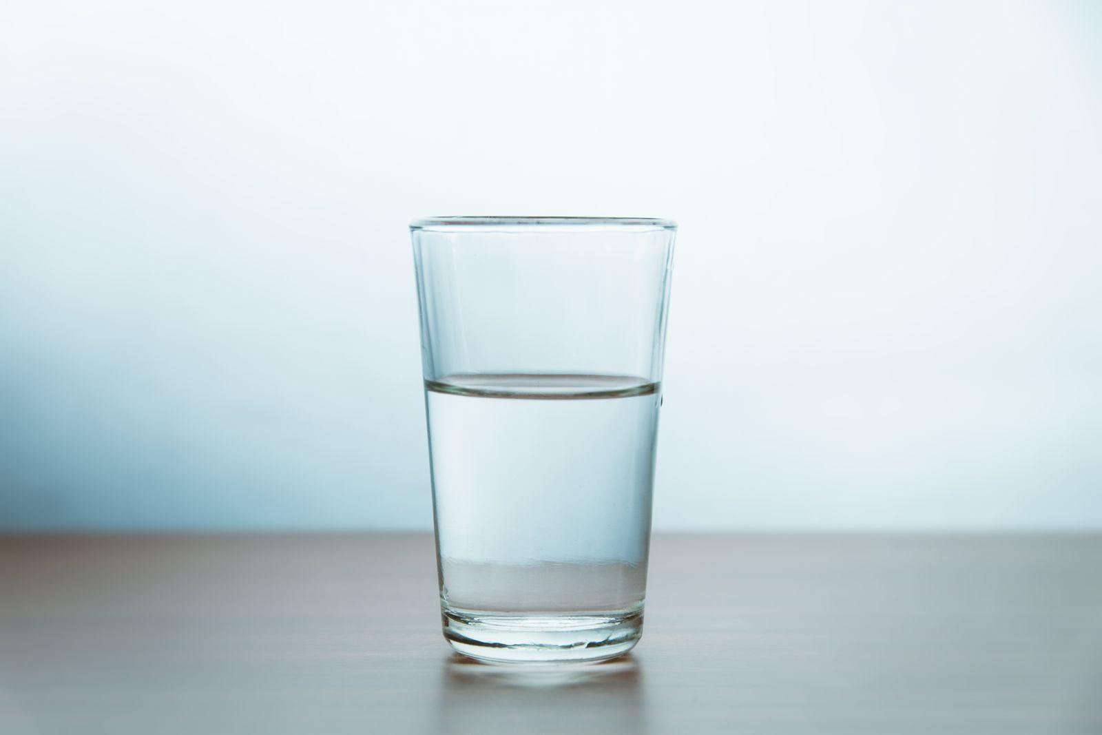 EINMALIGE VERWENDUNG Stiftung Warentest / stilles Wasser