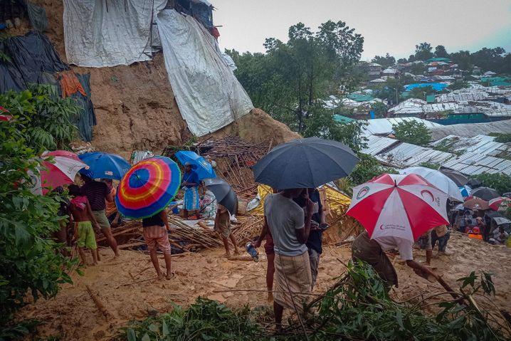 Ende Juli wurde dieses Flüchtlingscamp von Rohingya vom Monsunregen geflutet: Die Menschen retteten sich in höher gelegene Bereiche