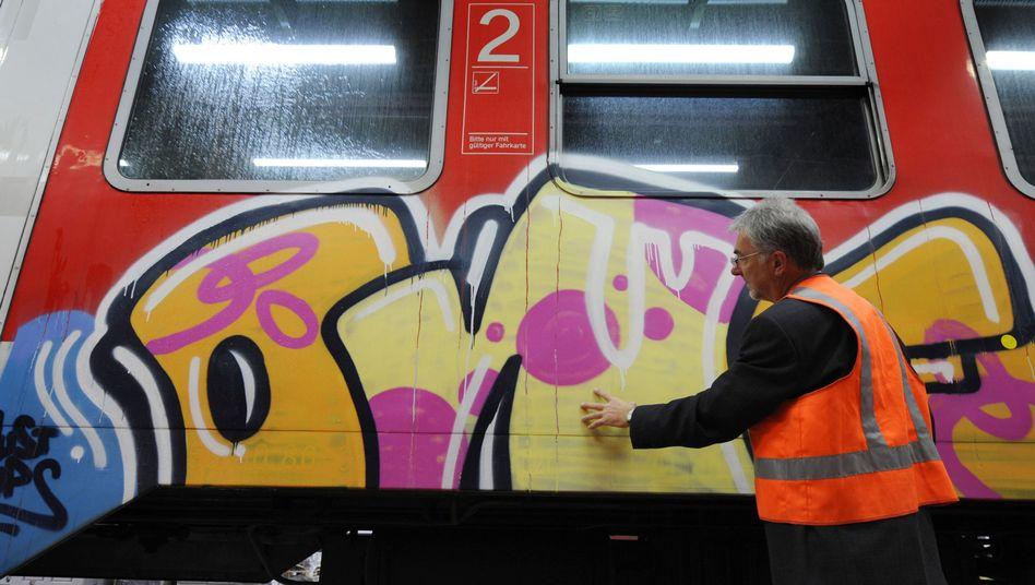 Graffito auf DB-Zug: Tags entdeckt, gern nachts gesprüht