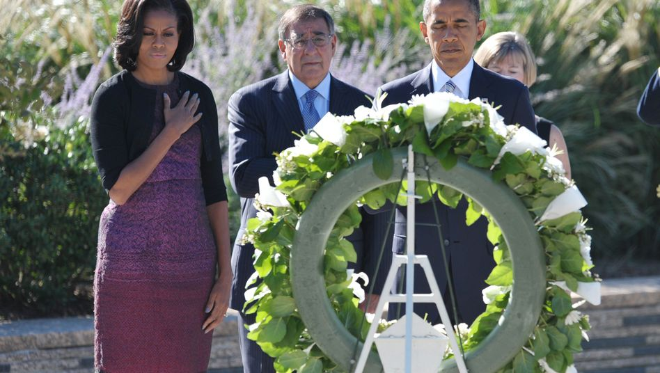 US-Präsidentenpaar Obama und Verteidigungsminister Panetta: Schweigeminute