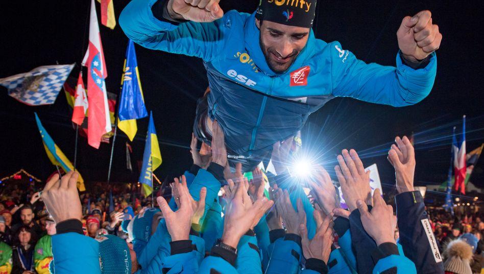 Staffelsieger Fourcade wird von seinem Team gefeiert