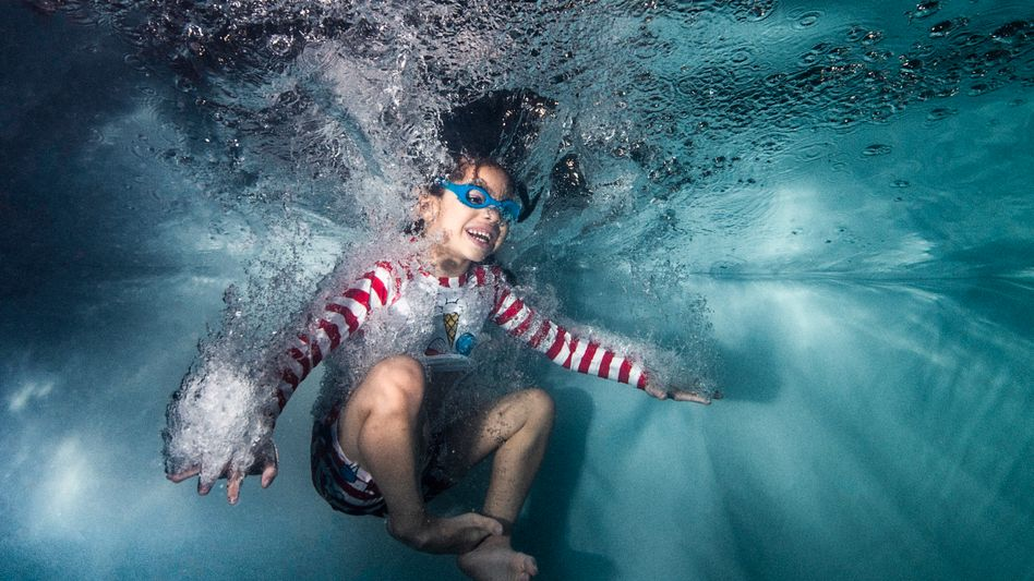 Ein Kind nach dem Sprung ins Wasser (Symbolbild)