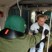 Polizei, Hooligans (bei einer Übung): Kafkaesker Gefangenentransport