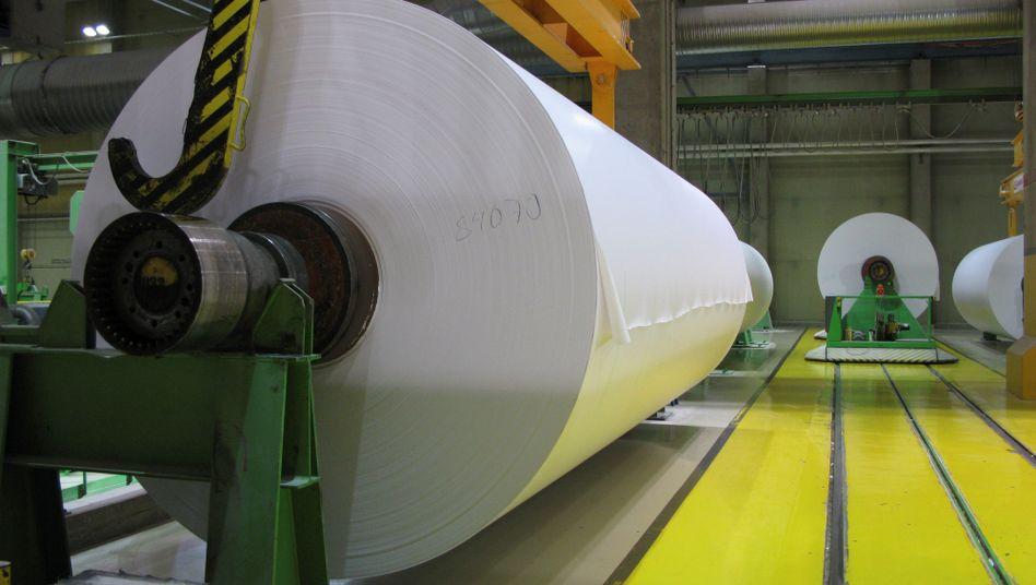 Magazinpapierrollen in einer finnischen Papierfabrik