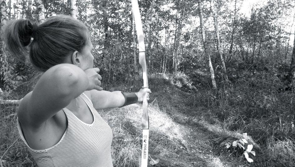 Autorin Taubert auf der Jagd: Auch an der Nahrungsbeschaffung mit Pfeil und Bogen versuchte sich die 30-Jährige - allerdings mit wenig Erfolg