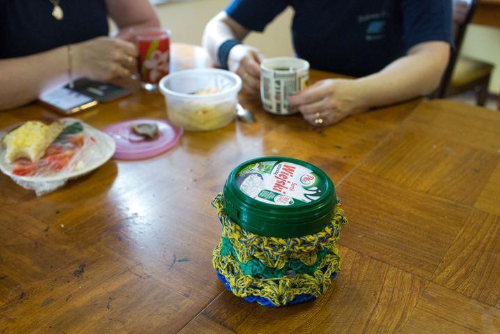 """Eine Zuckerdose mit Fischernetz - """"Wir basteln manchmal aus den Resten kleine Sachen"""""""