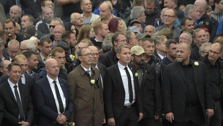Demonstranten auf dem Schweigemarsch in Chemnitz, in der Mitte der thüringische Landeschef Björn Höcke
