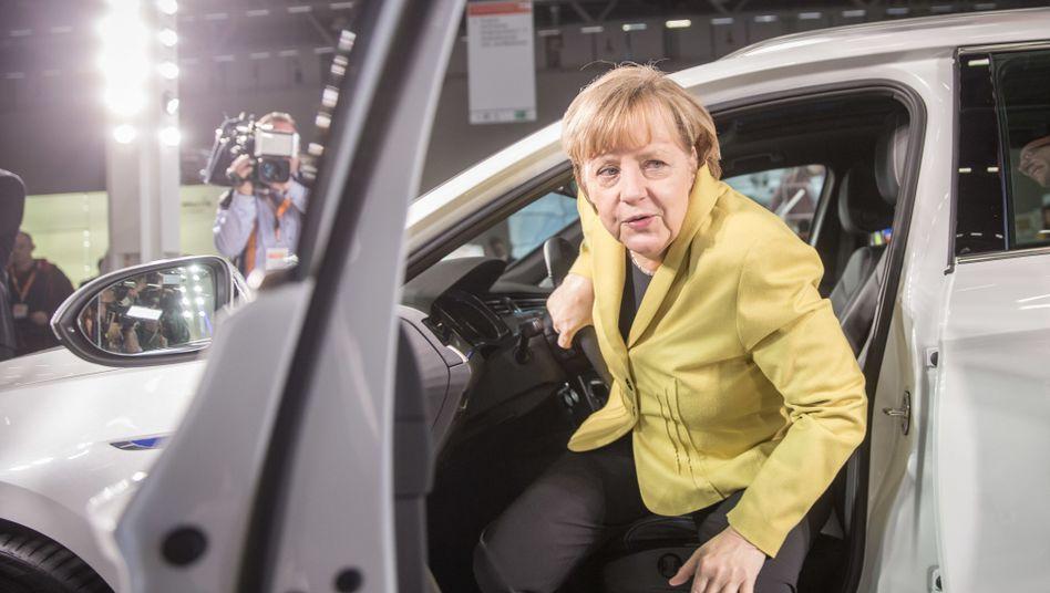 Die CDU-Vorsitzende und Bundeskanzlerin Angela Merkel entsteigt einem VW Passat (Archivbild)