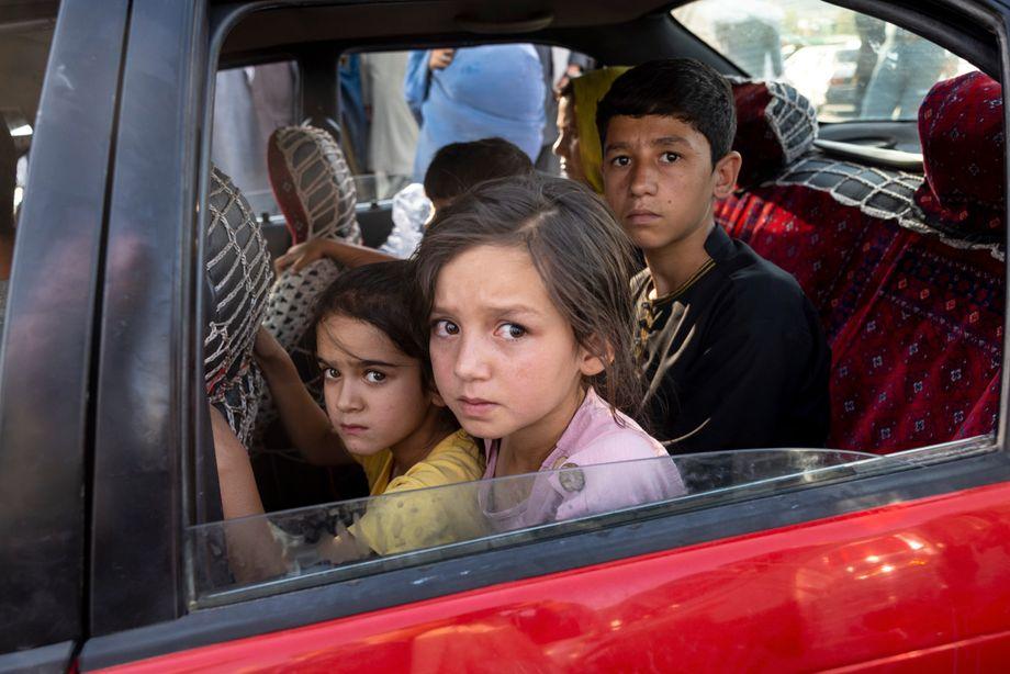 Für viele in Kunduz ist die Flucht schwer bis unmöglich, da die Transportmittel Richtung Kabul knapp sind. Diese Kinder haben Glück, sie sitzen in einem Auto raus aus Kunduz