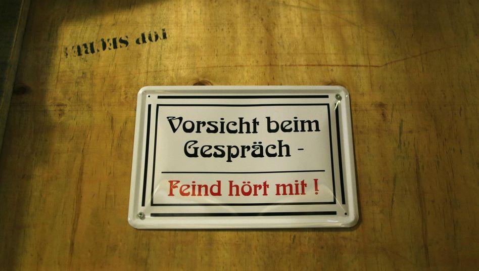 Schild im Spionage-Museum Oberhausen: Hört der Freund auch mit?
