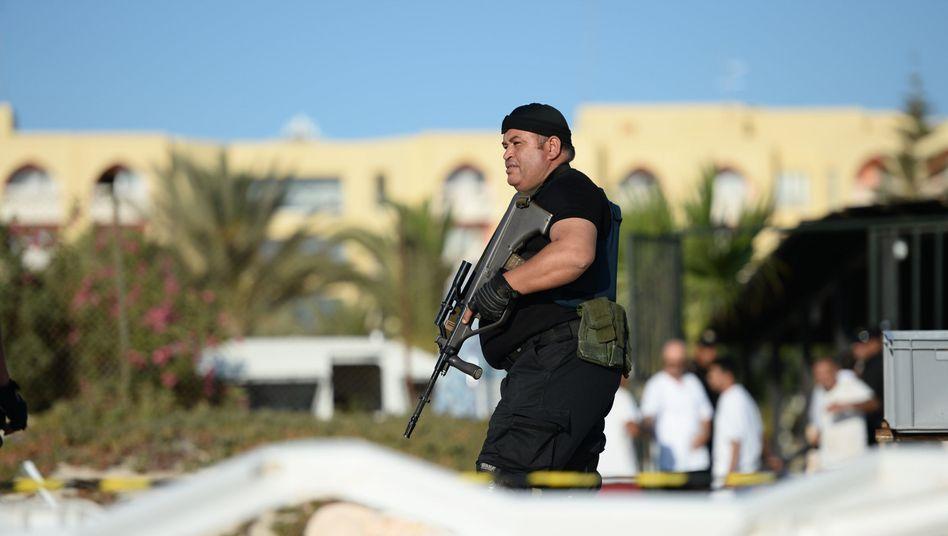 Bewaffneter Polizist vor dem Imperial Marhaba Hotel: Regierung erhöht Sicherheitsmaßnahmen