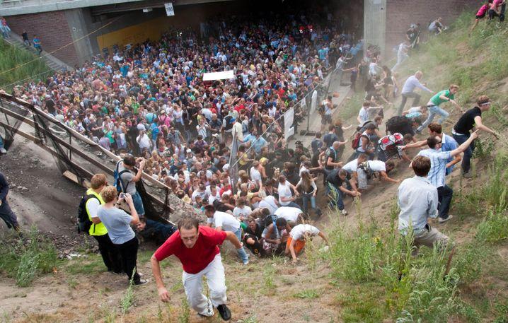 Auch über eine Böschung versuchten Besucher, dem tödlichen Gedränge zu entkommen