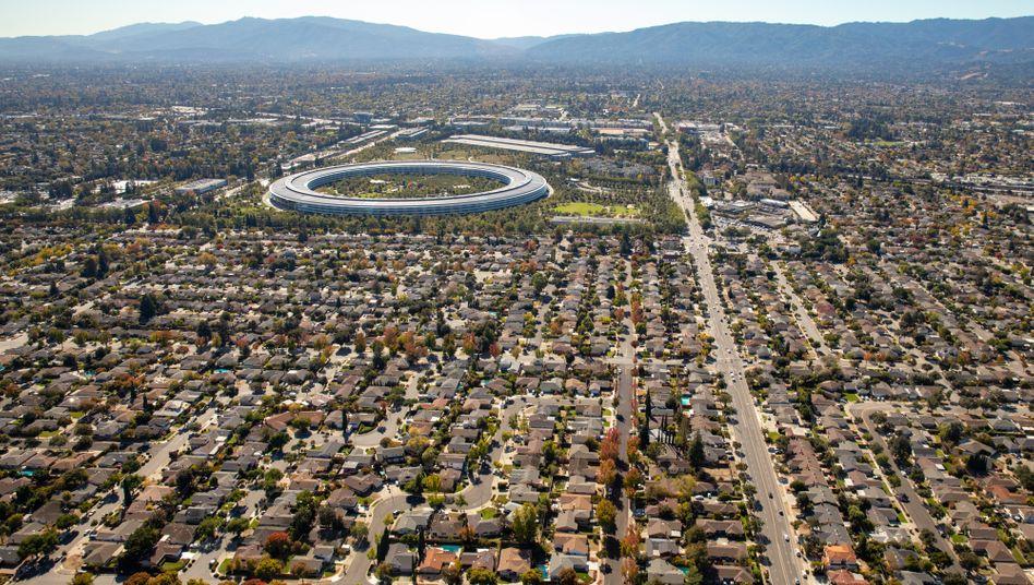 Blick über das kalifornische Cupertino mit Apples Firmenzentrale im runden Gebäude