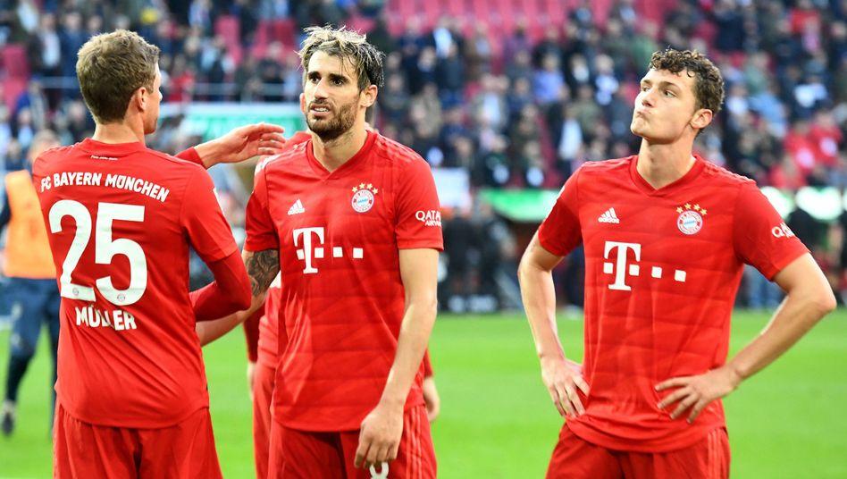 Thomas Müller (l.), Javi Martinez und Benjamin Pavard verspielten spät den Sieg.