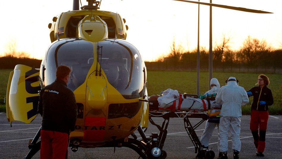 Ein an Covid-19 erkrankter Franzose wird in einen deutschen Hubschrauber geladen