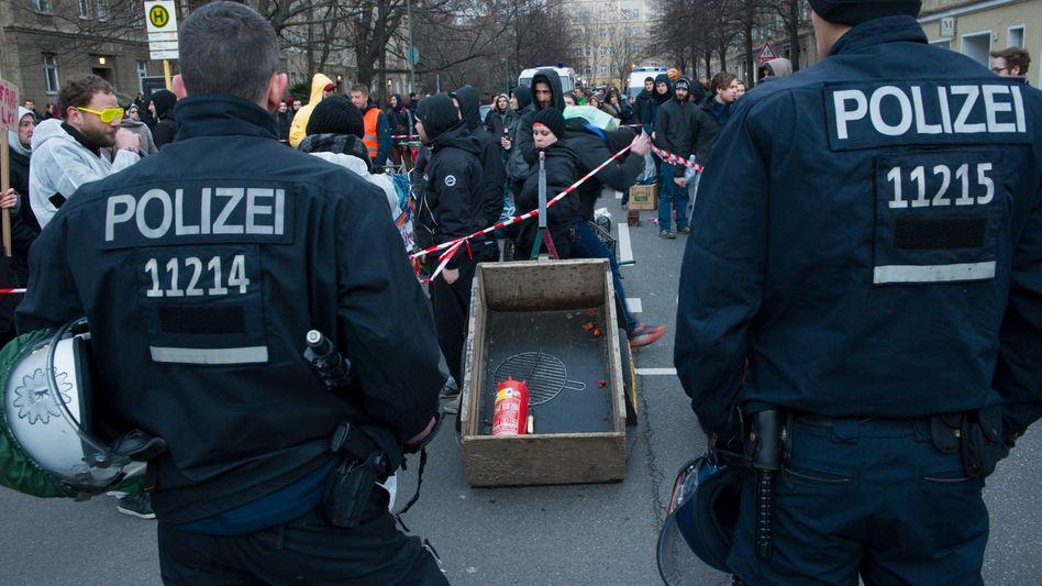 """Polizisten bei einer Demonstration (in Berlin): """"Wo Menschen zusammenarbeiten, passieren Fehler"""""""