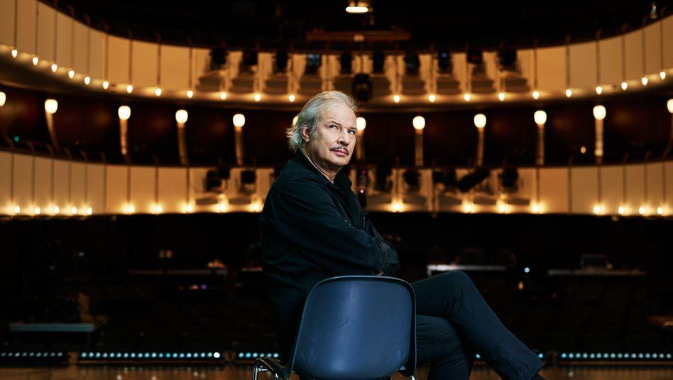 Haußmann, 61, ist Film- und Theaterregisseur. Zu seinen Filmen gehören »Sonnenallee« und »Herr Lehmann«. Im Januar 2022 soll der Kinofilm »Leander Haußmanns Stasikomödie« starten.