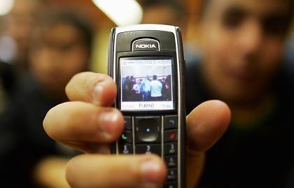 Ein Schüler mit Videohandy: Datenaustausch künftig nur noch mit Papis Segen?