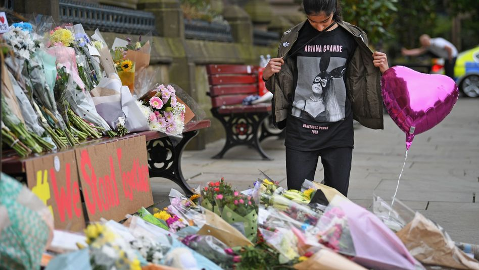 Trauernde Jugendliche nach dem Anschlag in Manchester