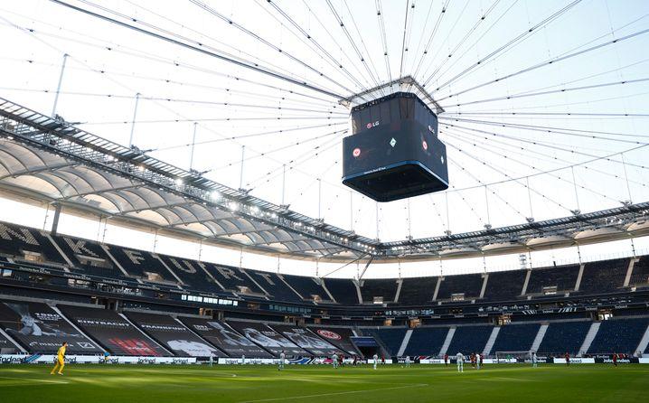 """Sieht trist aus und kostet Geld: Der """"Deutsche Bank Park"""", Heimstätte der Frankfurter Eintracht, beim Bundesligaspiel am Samstag ohne Zuschauer"""