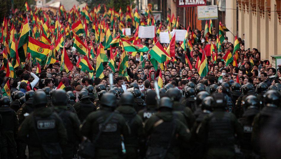 Demonstranten treffen in der Hauptstadt La Paz auf Polizisten