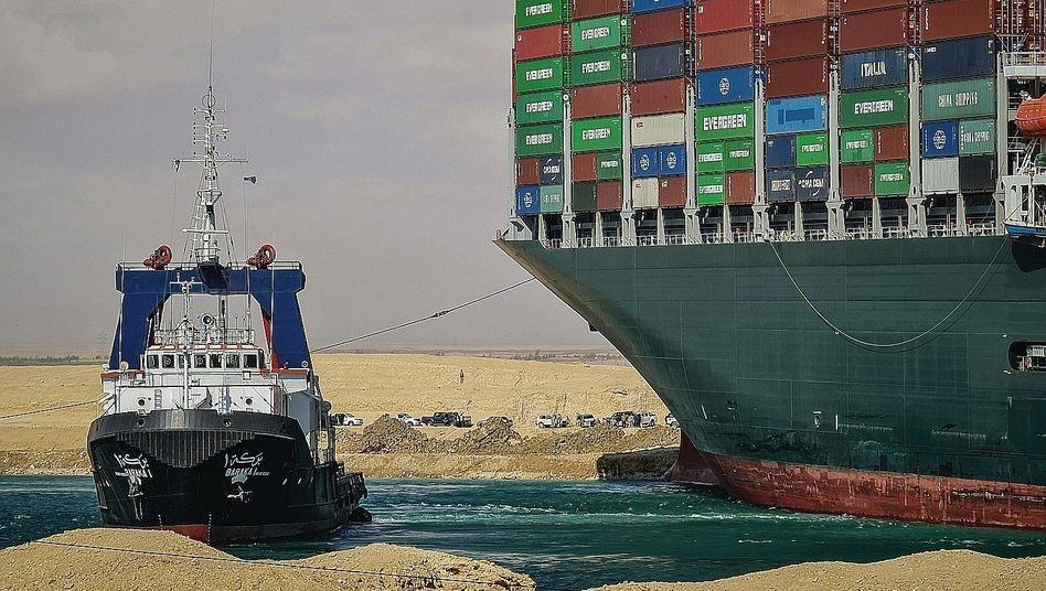 Schlepper, festsitzende »Ever Given« bei Suez am 26. März: »Rasant erholter Handel«