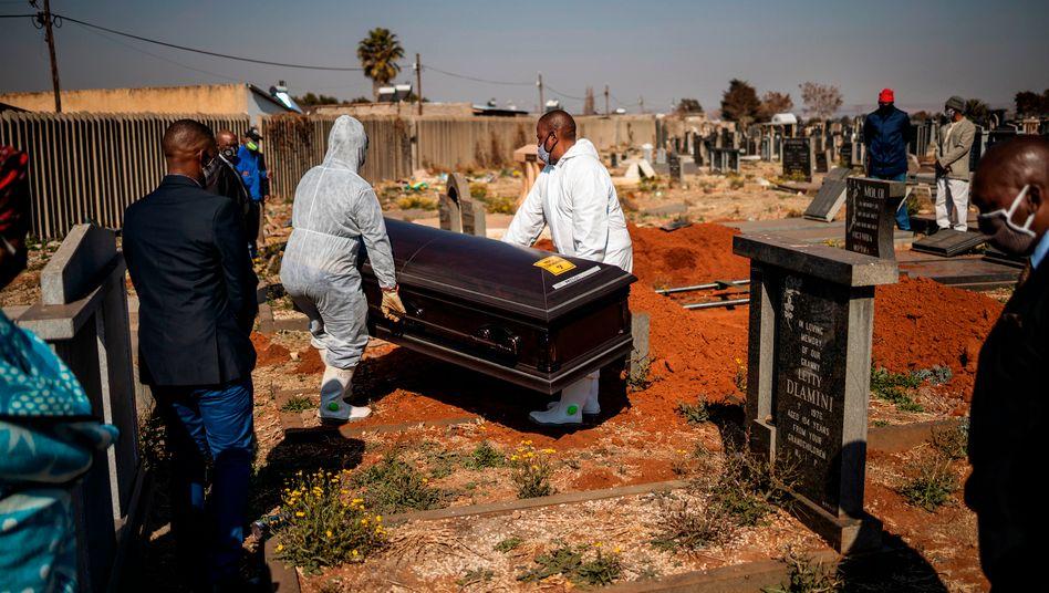 Beisetzung eines Corona-Toten in Südafrika: Mehr als 700.000 Infizierte sind weltweit gestorben