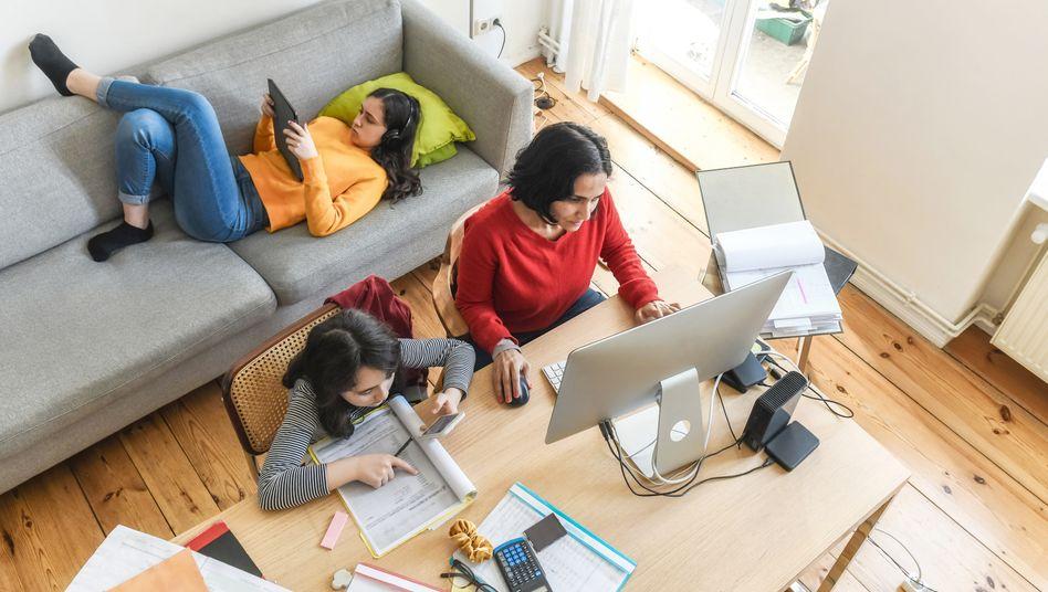 Frau mit Kindern bei der Arbeit: Spagat zwischen den Rollen?