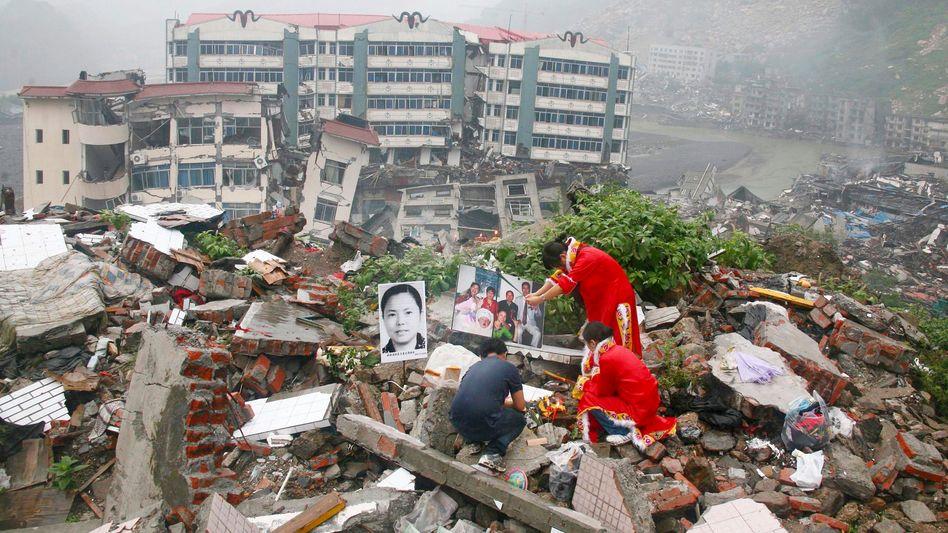 Stadt Beichuan in der Provinz Sichuan (August 2008): Überlebende trauern um Familienmitglieder, die bei dem schweren Beben ums Leben gekommen sind