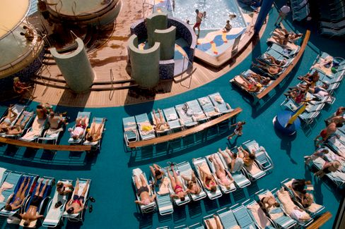 An Deck eines Kreuzfahrtschiffs