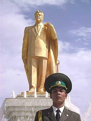 """Statue des turkmenischen Diktators Nyazow: """"Personenkult wie zu Stalins Zeiten"""""""