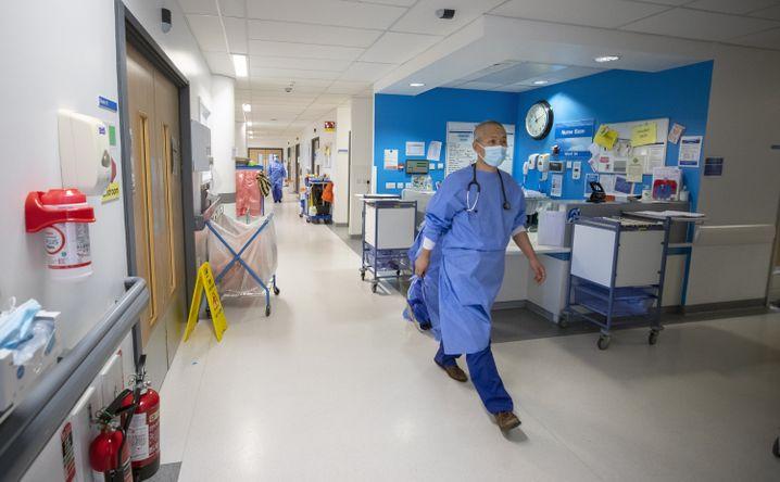 Klinik in London (Bild von Oktober 2020): Der britische National Health Service gilt schon lange als unterfinanziert, die Coronakrise belastet das medizinische Personal zusätzlich