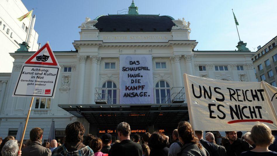 Mitarbeiter des Deutschen Schauspielhauses protestieren gegen die Sparpläne