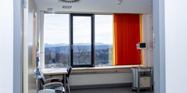 Blick in ein Zimmer auf der Isolierstation am Uniklinikum Tübingen