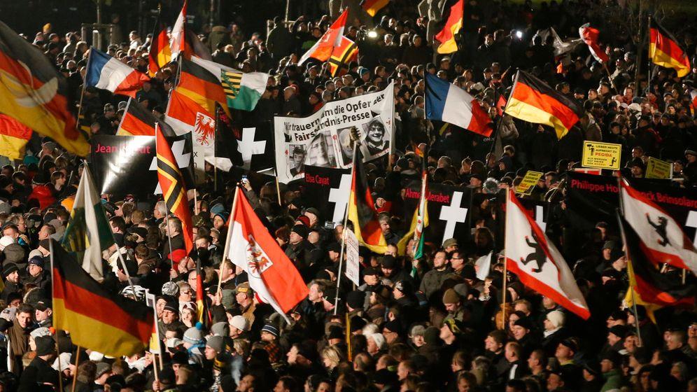 Anhänger und Gegner von Pegida: Machtkampf auf der Straße
