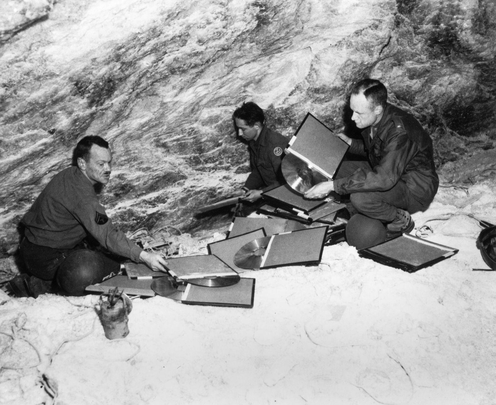 Im Salzbergwerk Grasleben inspiziern die US-Offiziere Sheldon Kech (l.) und Lamont Moore Matrizen des Reichs-Schallarchivs