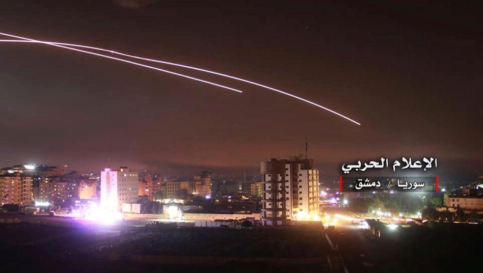 Syrische Luftabwehr über Damaskus gegen einen israelischen Angriff, verbreitet vom syrischen Militär (Archivbild)