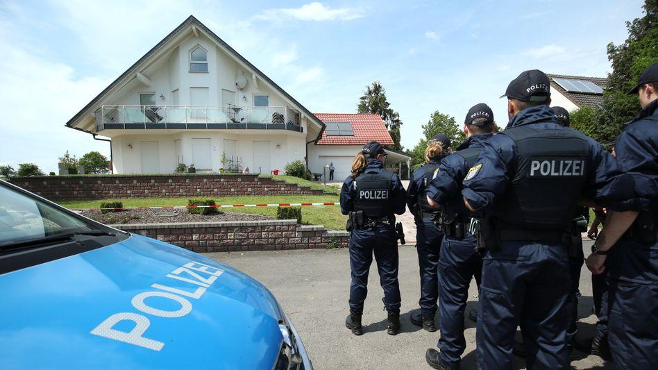 Polizisten vor dem Tatort in Wolfhagen-Istha bei Kassel