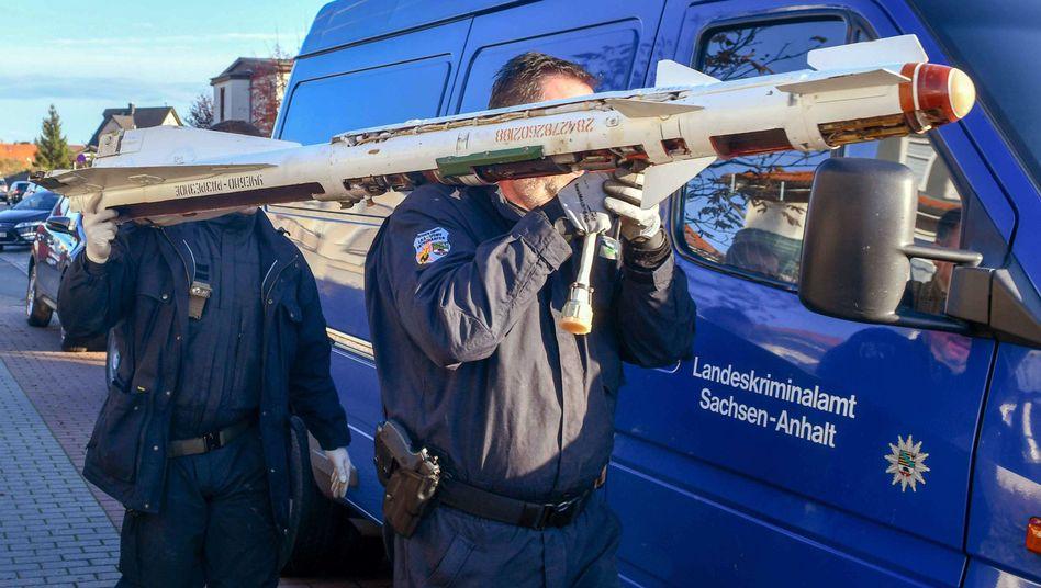 Einsatz in Magdeburg: Experten des Kampfmittelbeseitigungsdienstes tragen eine sowjetische Luft-Luft-Rakete