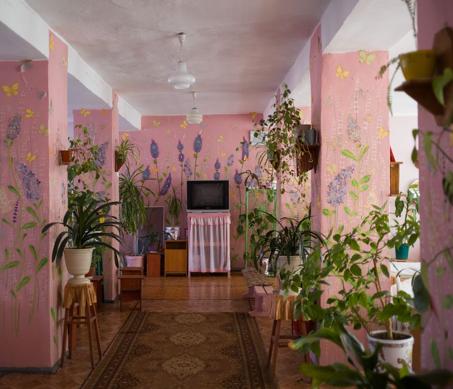 Ein mit Blumen ausgestatteter Schlafsaal eines Frauengefängnisses im ukrainischen Odessa