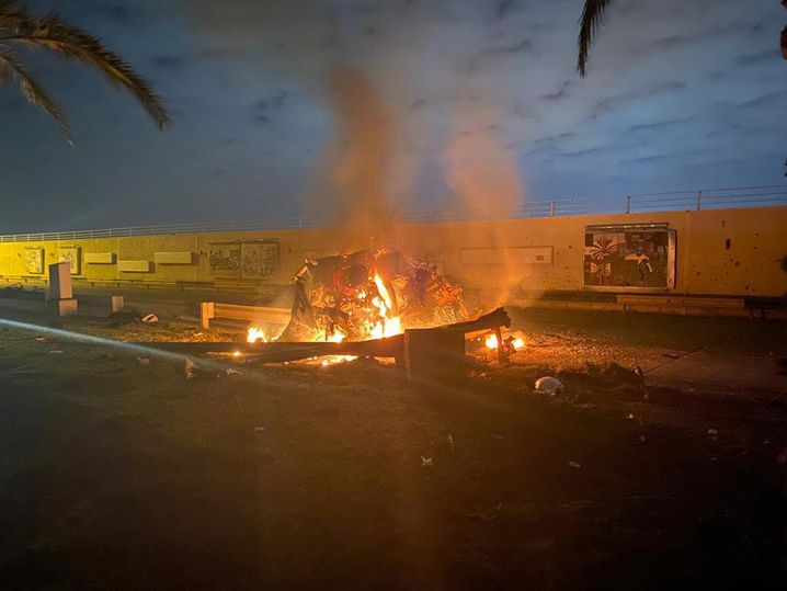 Brennendes Fahrzeug nahe des Flughafens Baghdad, in dem sich Soleimani befunden haben soll
