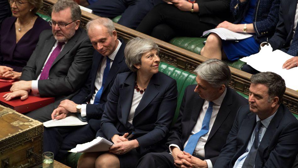 Theresa May (M.) im britischen Unterhaus