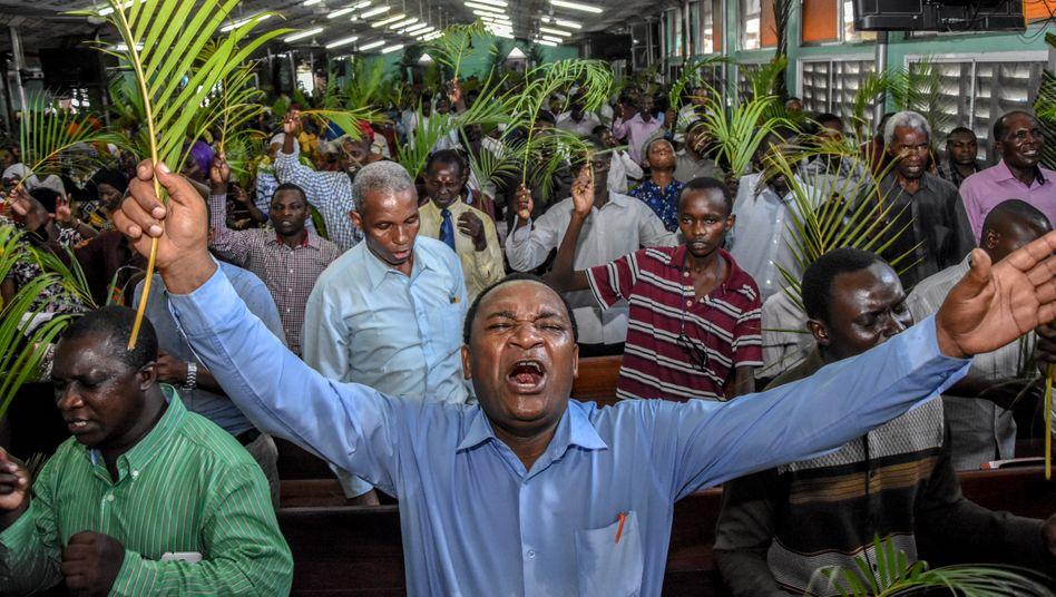 Gläubige bei einem Gottesdienst in Dar es Salaam