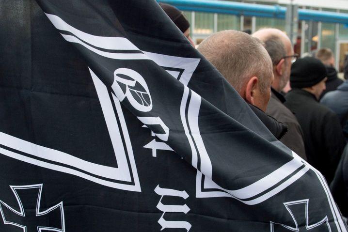 Flagge mit dem Eisernen Kreuz bei einem Neonazi-Aufmarsch in Dresden