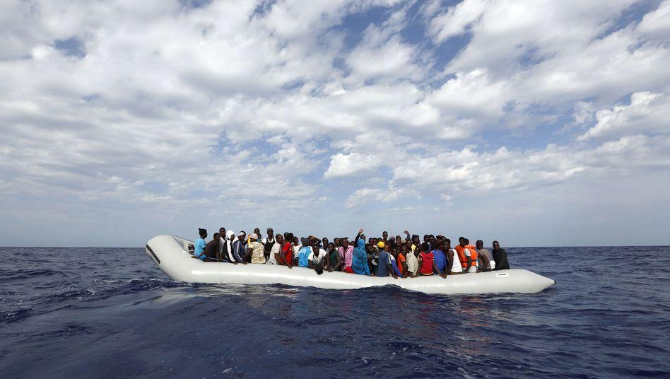 Flüchtlinge auf Schlauchboot vor Lampedusa: Einfach zurückschicken?