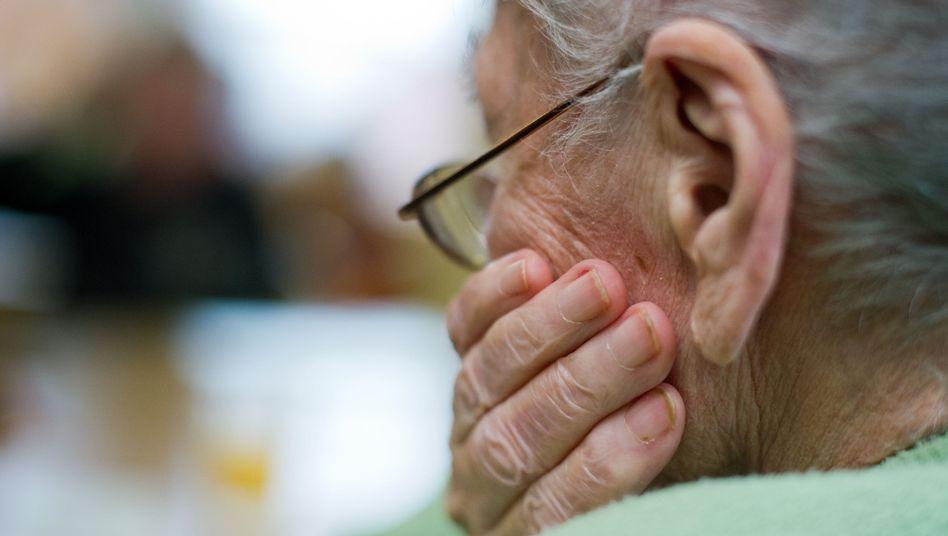 Frau im Pflegeheim: Symptome einer Depression können leicht mit denen einer Demenz verwechselt werden