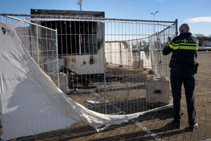 Am Tag nach den Krawallen: ein ausgebrannter Container für Corona-Tests in Urk